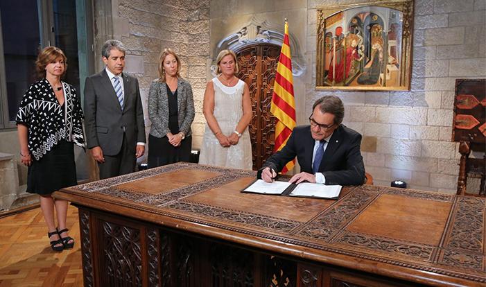 Firma del decreto de convocatoria para las elecciones del 27 de septiembre